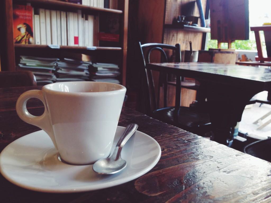 Questo café mi ha attirato da lontano, mentre passeggiavo al Panier. Non mi andava neanche il caffè, ma dovevo entrare. Le pareti sono tappezzate di libri e fotografie. Il proprietario è molto timido, ma davvero gentile, e ascolta della bellissima musica.