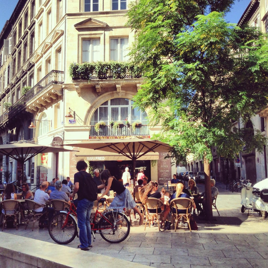 Café illuminato dal sole a Bordeaux