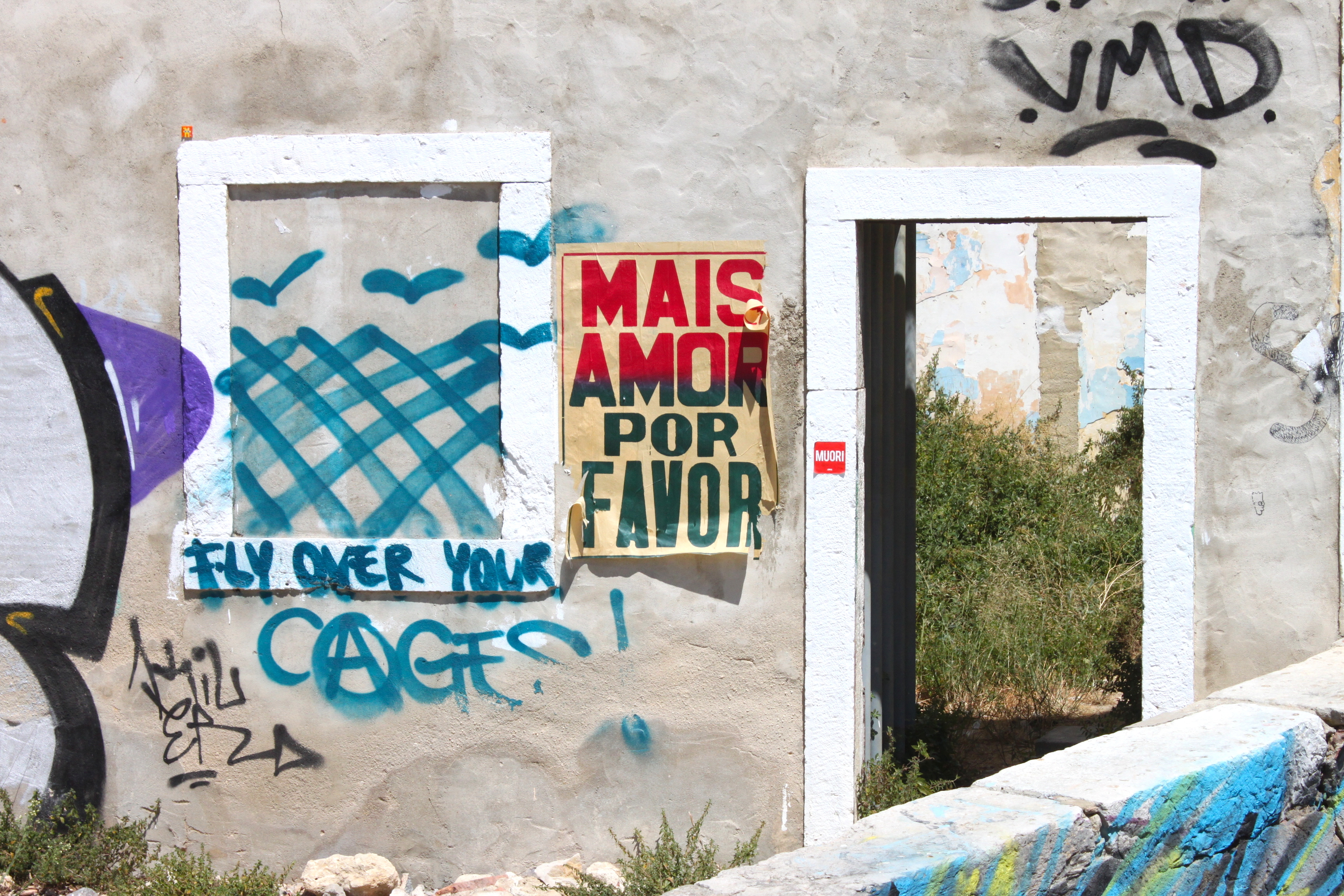 Mais amor, por favor. Fly over your cages.