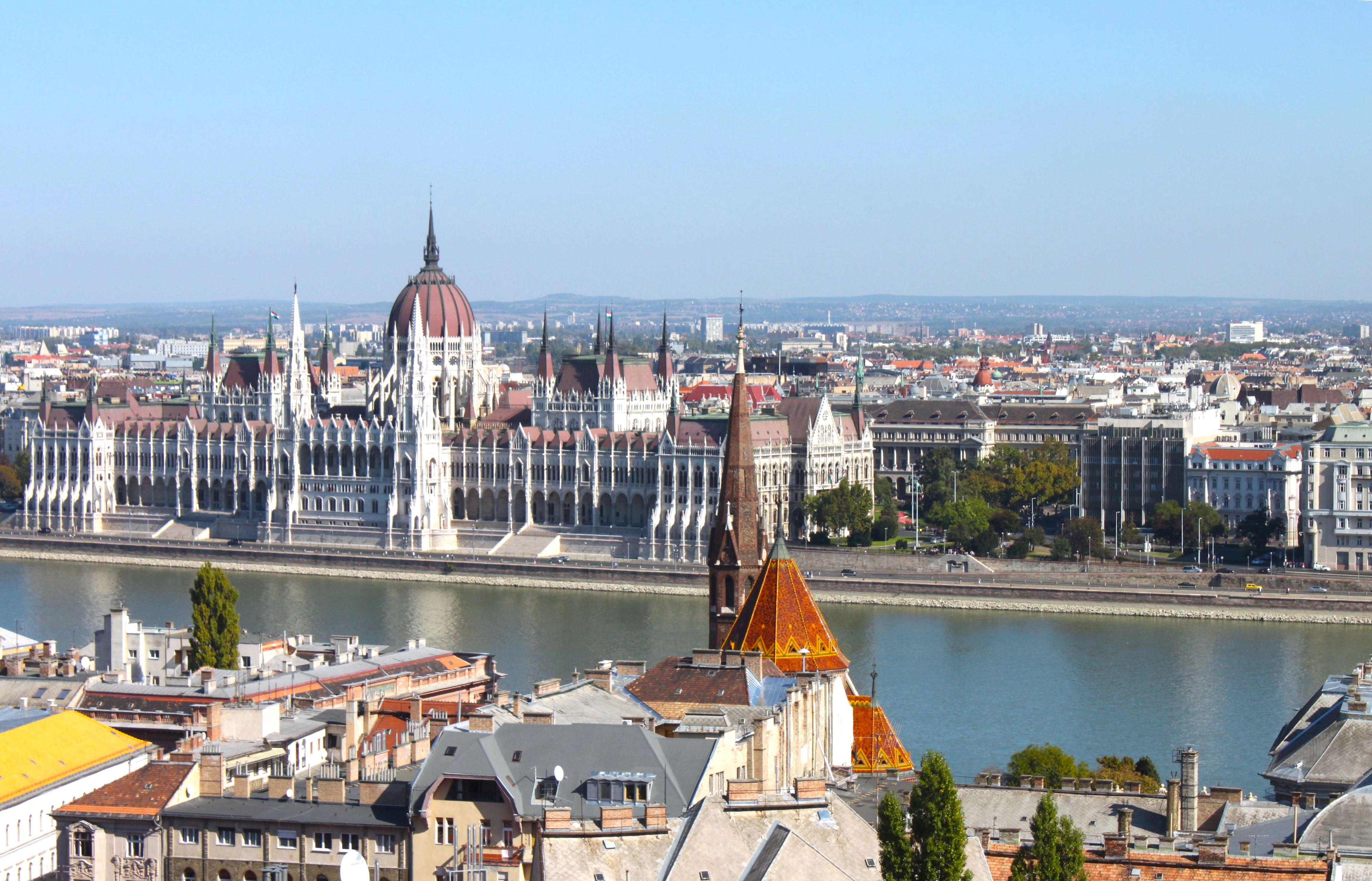 Tutta Budapest a perdita d'occhio con il Palazzo del Parlamento che è talmente bello da essere ipnotico