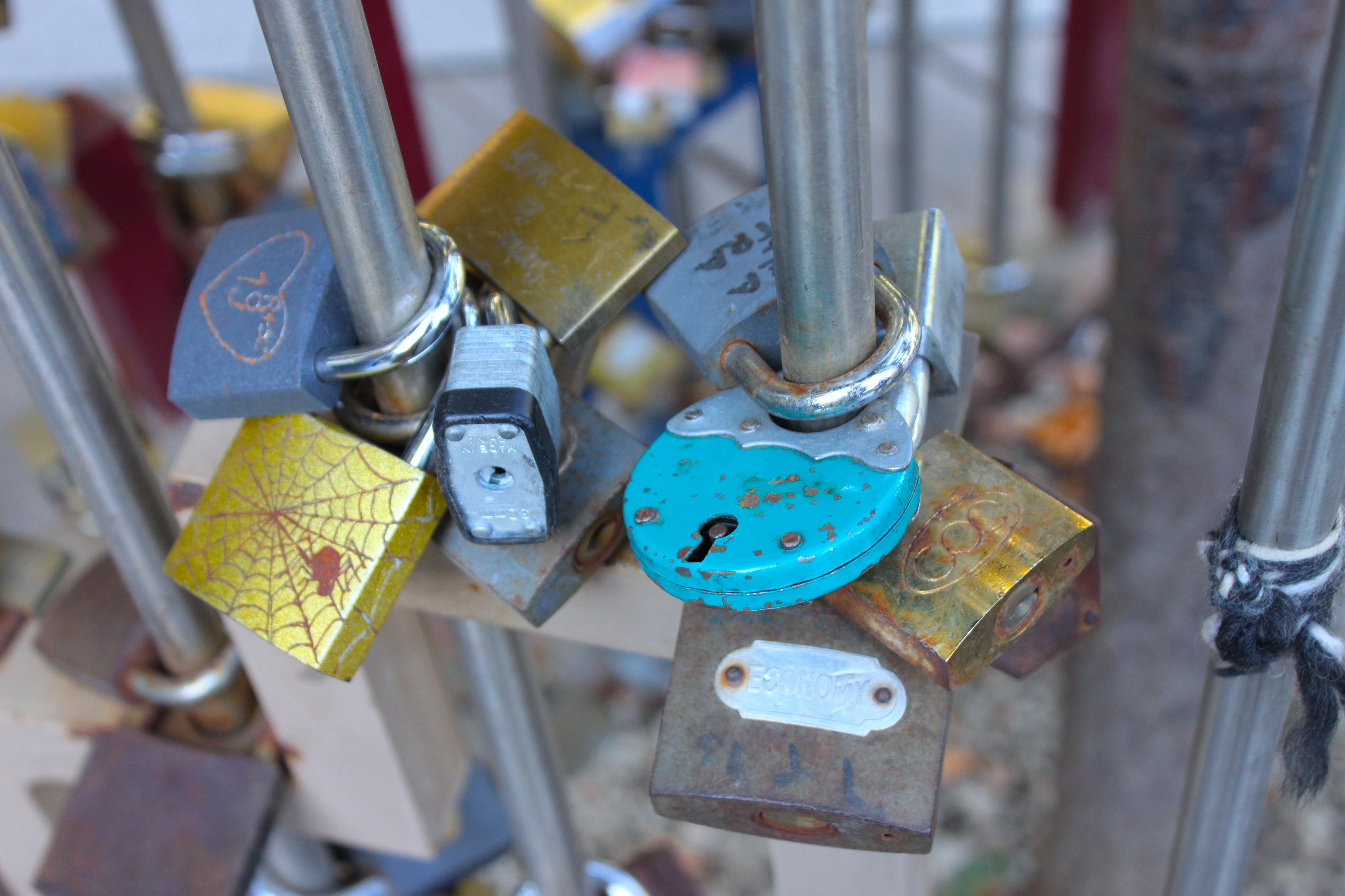 Tutto il mondo è paese e anche a Budapest ormai è più romantico un lucchetto di un mazzo di rose
