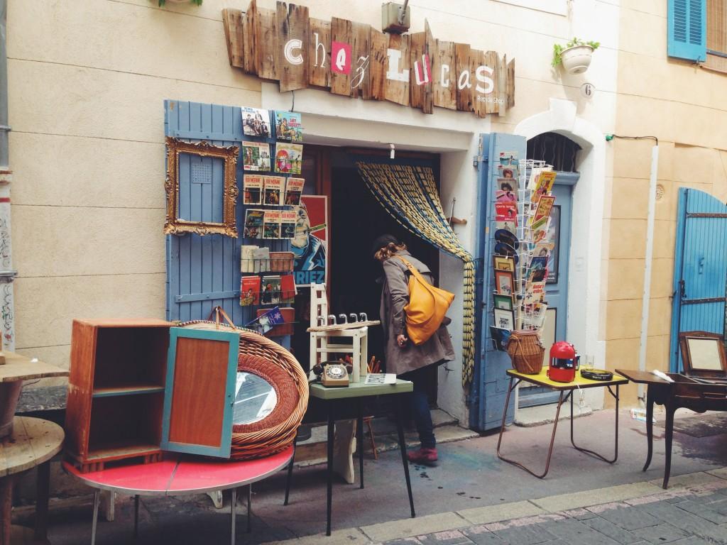 Chez Lucas, negozio vintage nel cuore del Panier di Marsiglia. Vecchi fumetti, libri, telefoni, macchine fotografiche, cornici. E Lucas ha un sorriso bellissimo.