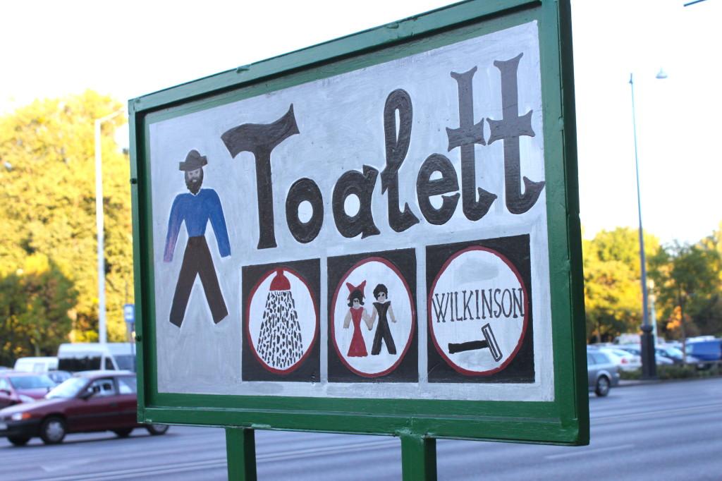 Ve lo immaginate l'omino che ha dipinto a mano il cartello della Toalett? Io sì e mi sta molto simpatico.