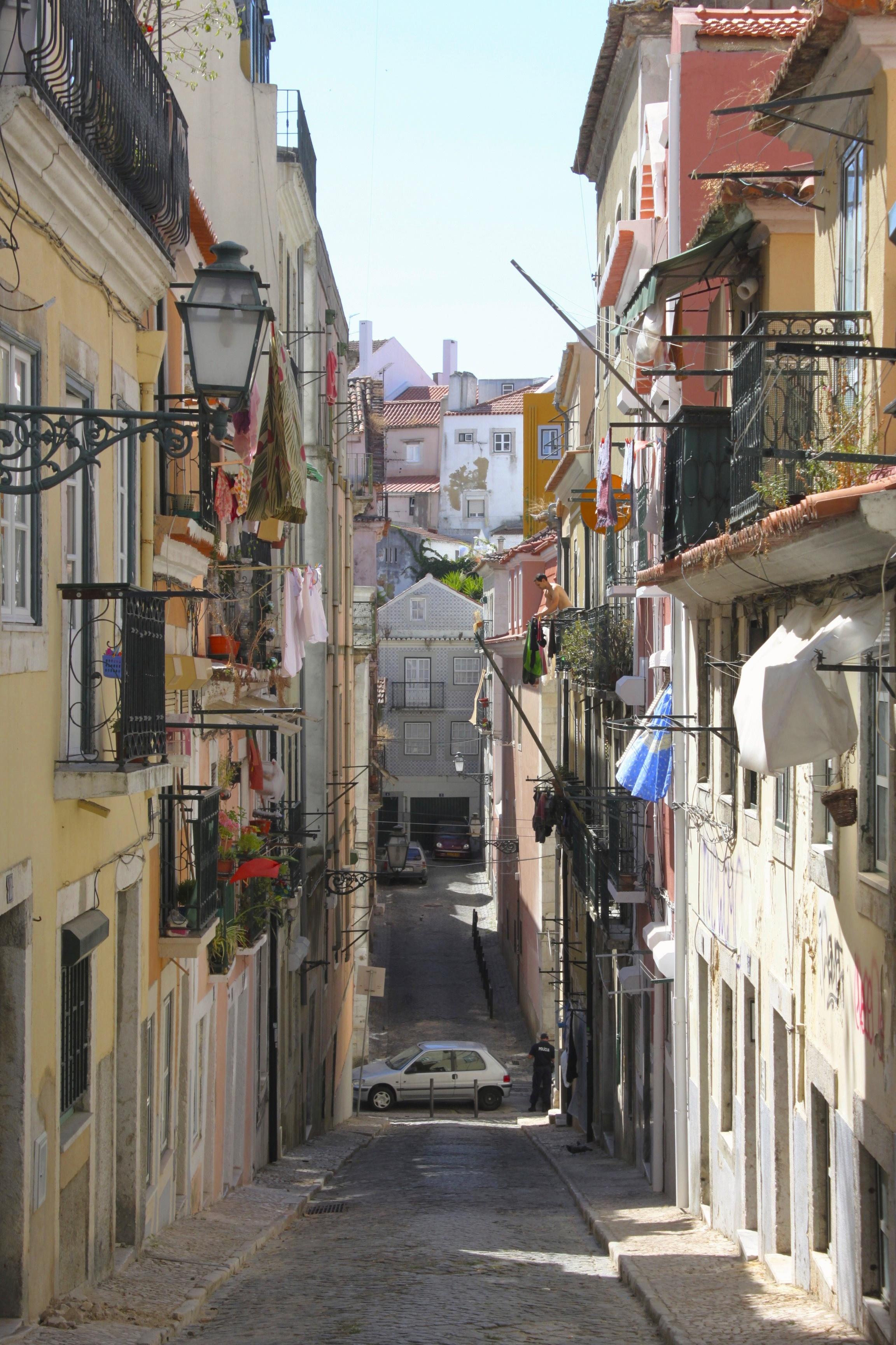 Lisbona è tutta così, i suoi vicoli ti abbracciano