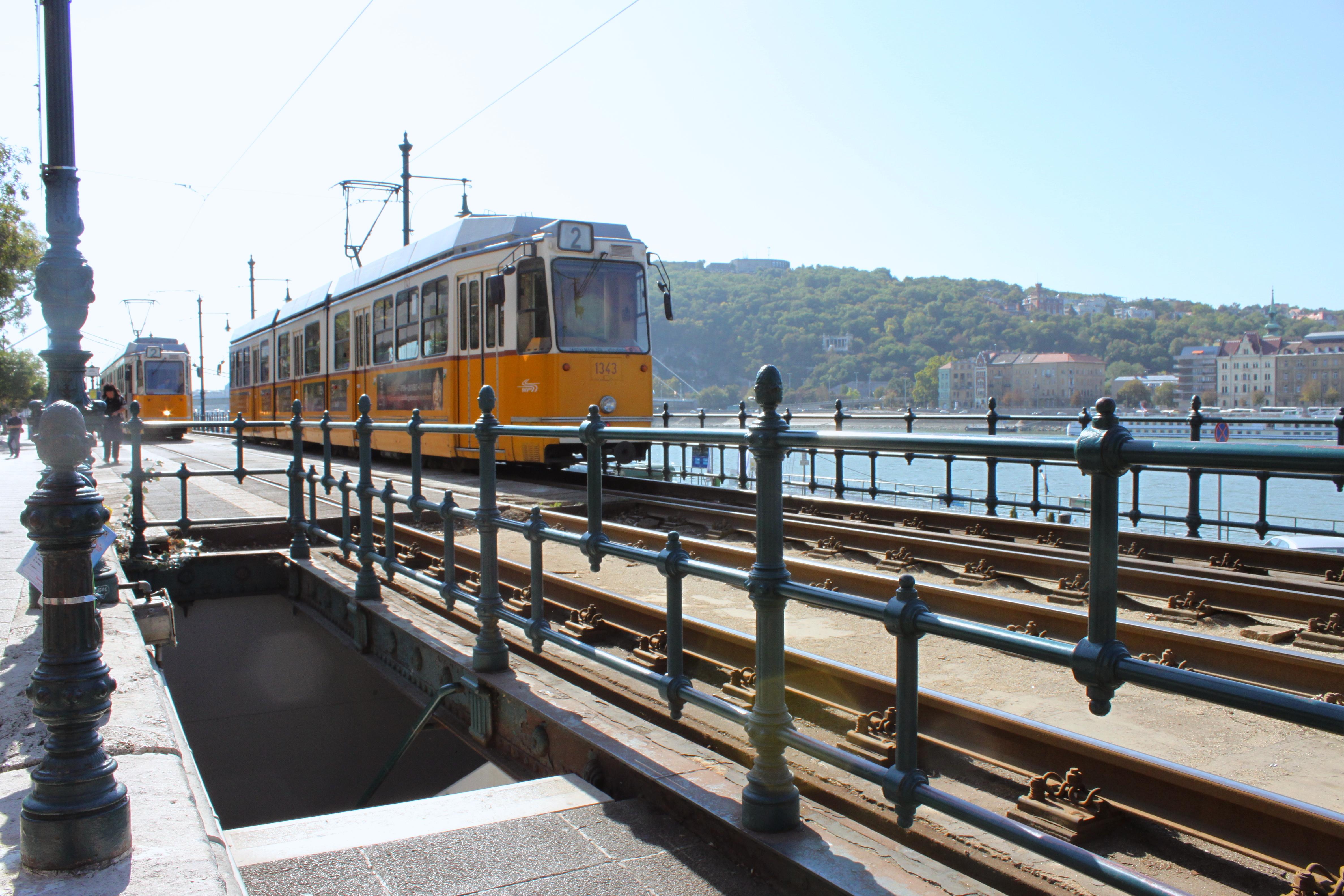 Un pretesto per tornare bisogna sempre seminarselo dietro quando si parte. A Budapest devo tornarci per salire su questi vecchi tram e guardare la città dai suoi finestrini.