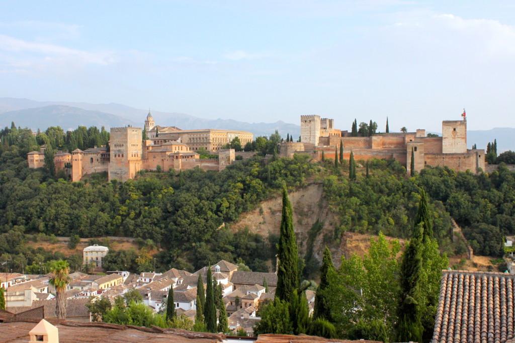 La Alhambra, sdraiata sul verde