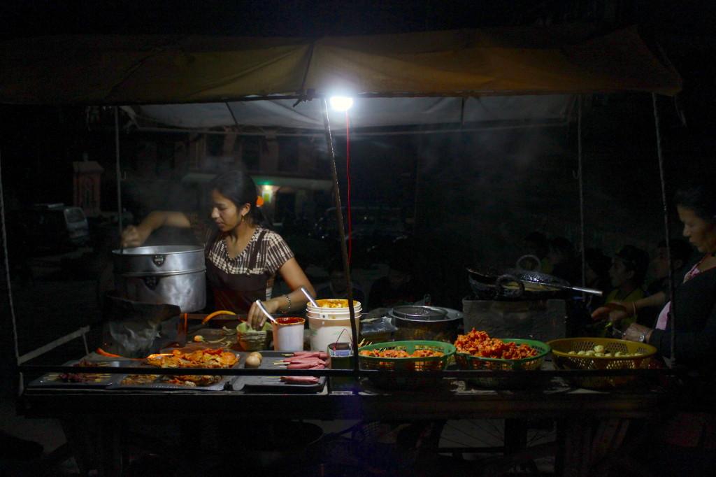 Lo street food di Bhaktapur, di sera, tra i vicoli