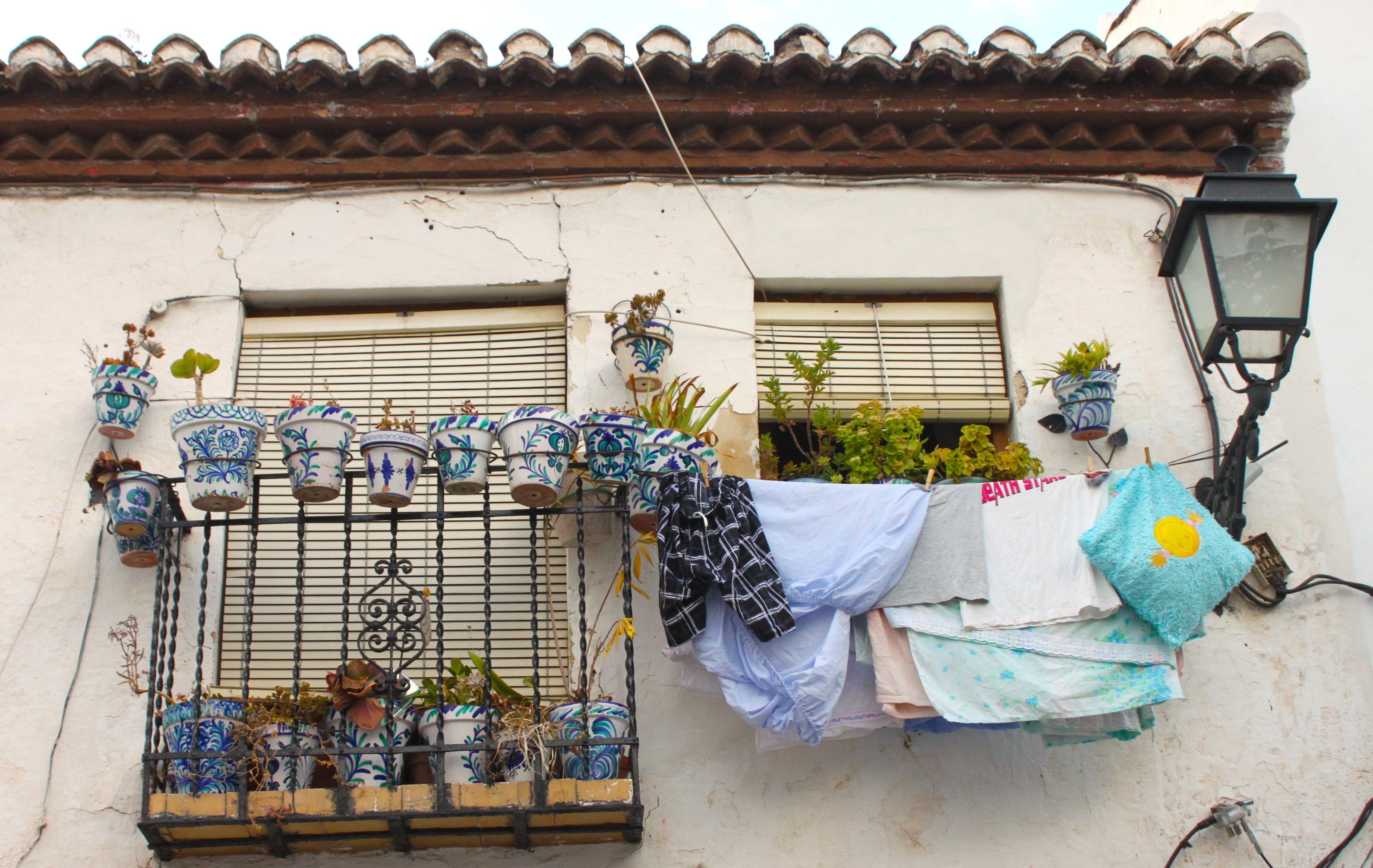 Sui balconcini andalusi o ci stanno i vasi di fiori o ci stanno le persone
