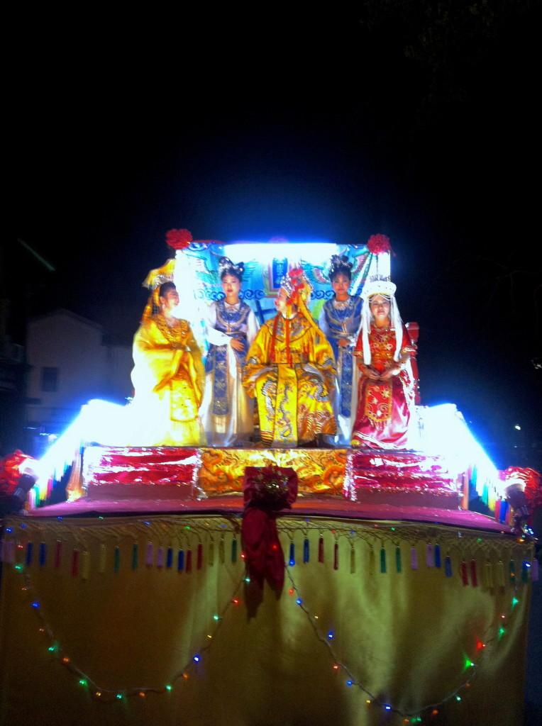 Carri eccentrici alla parata cinese - tutte le foto della parta le ho fatte con l'iPhone e sono bruttarelle ma non poteva mancare