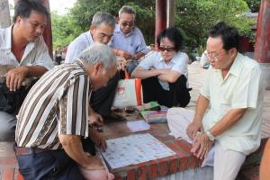 I giochi al tempio Ngoc Son sull'isolotto in mezzo al lago
