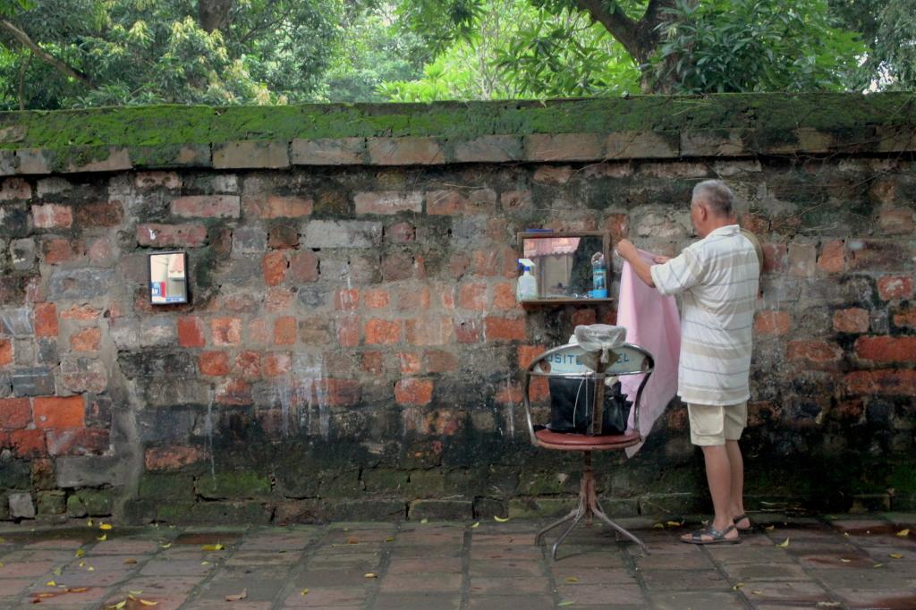 Il barbiere ad Hanoi apre la sua bottega