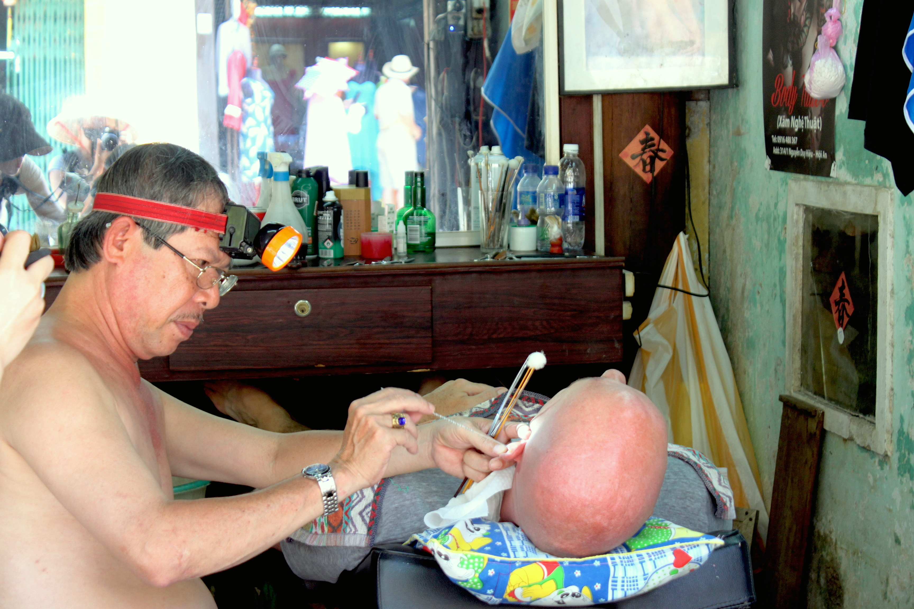 Il barbiere di Hoi An al lavoro