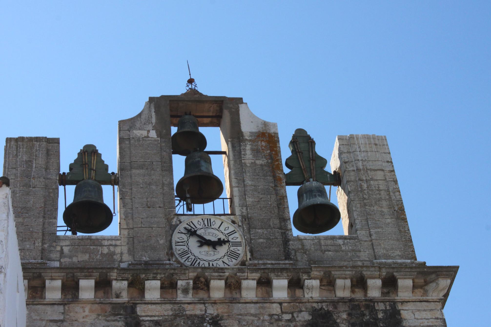 In piazza a Faro, guardando in su