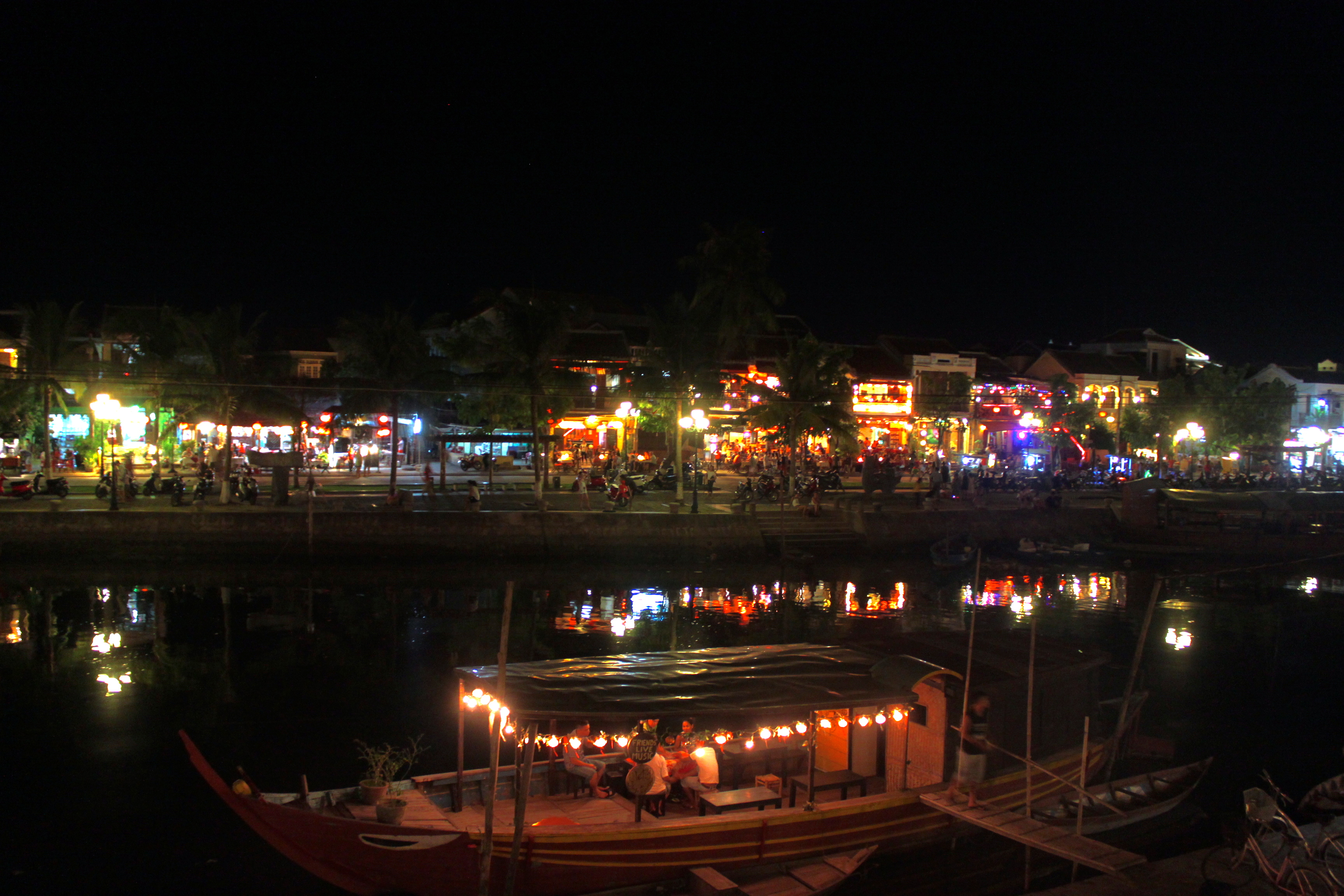 La sera a Hoi An Lugo il fiume