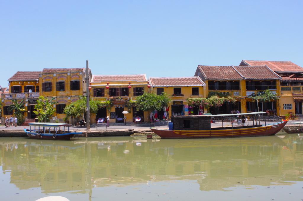 Le antiche casette lungo il fiume
