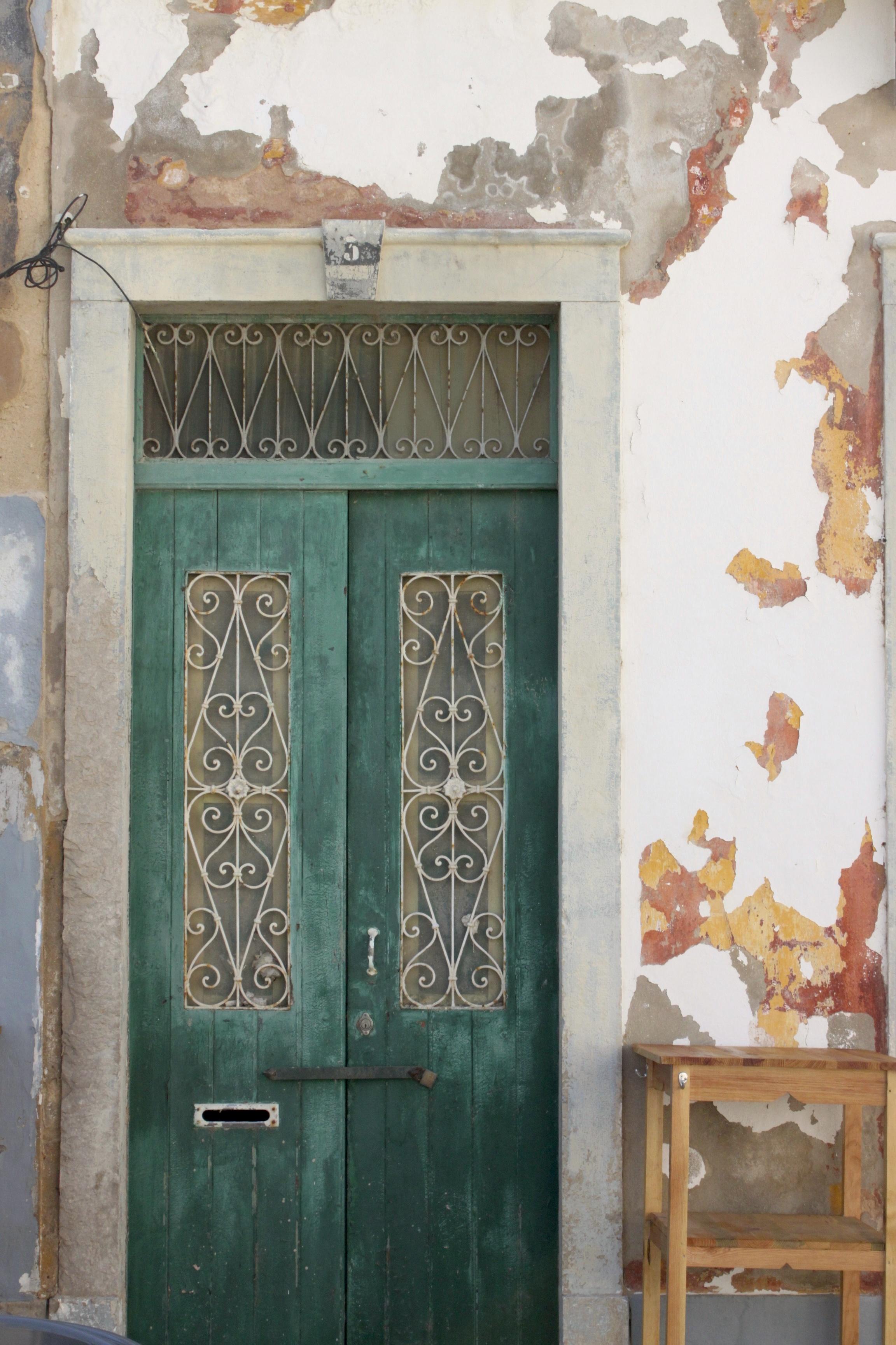 Porticine verdi coi riccioli e il muro che è un acquerello astratto