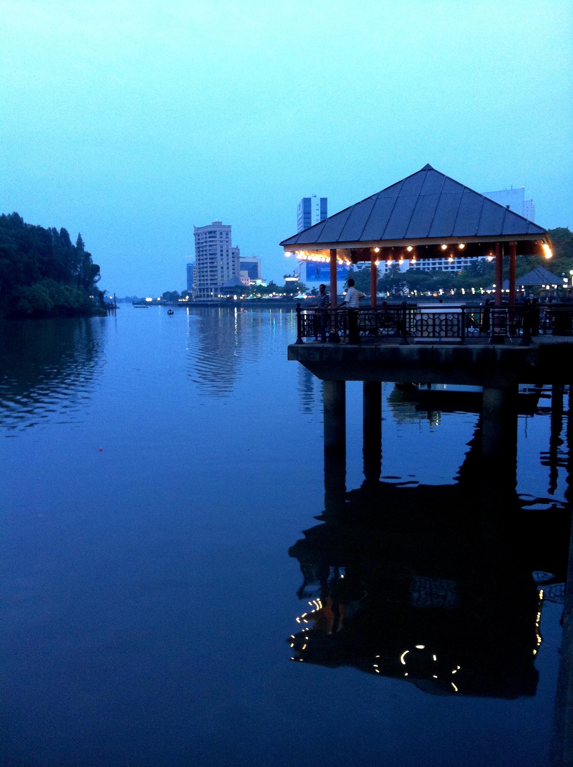 Scende la sera sul fiume Santubong