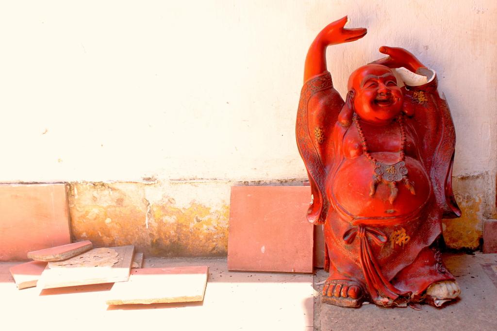 Un Buddha molto felice e un po' rotto al Quan Cong Temple di Hoi An