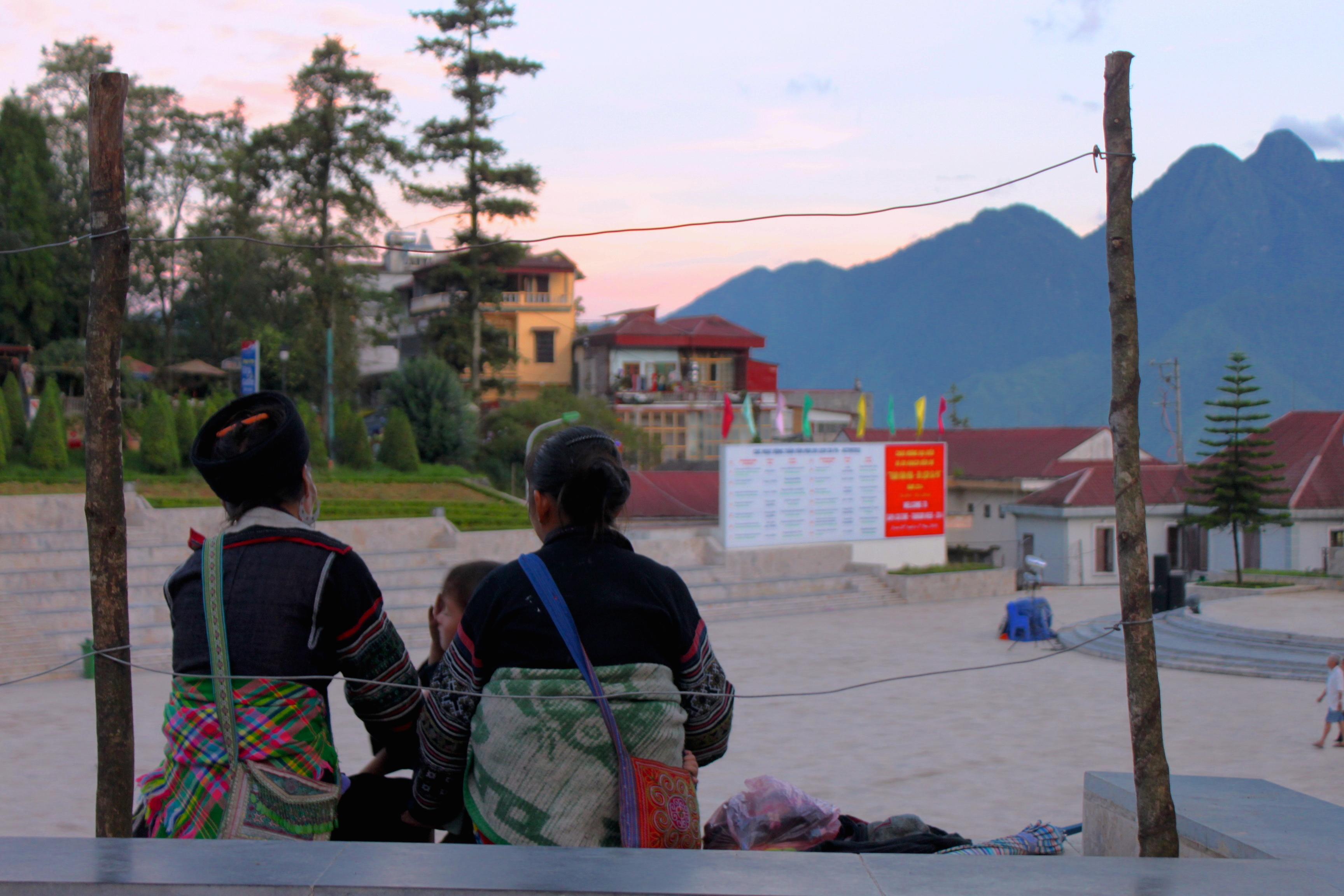 Al tramonto, dopo il lavoro, ci si ritrova in piazza, tutte le minoranze etniche insieme