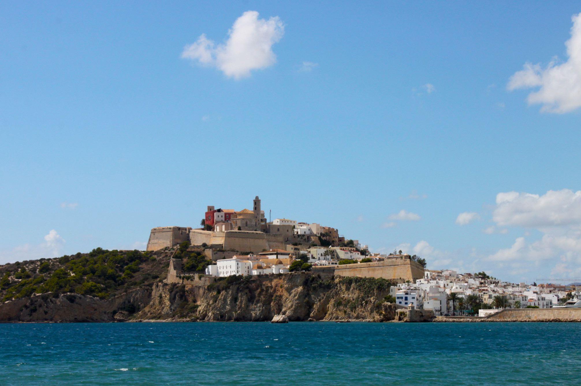 Arrivando al porto di Ibiza, navigando a vela