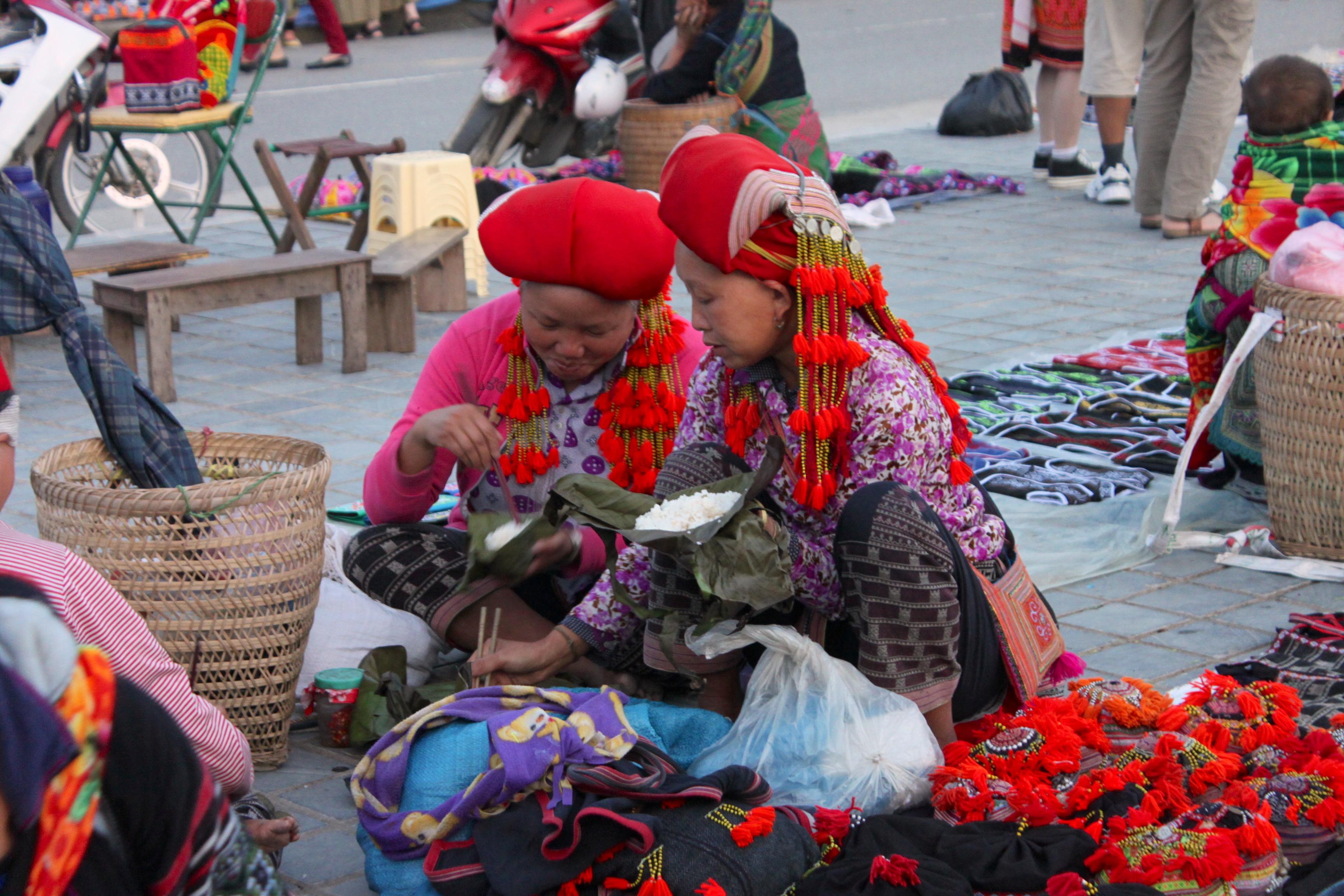 Pausa pranzo e chiacchiere per le donne Red Dao