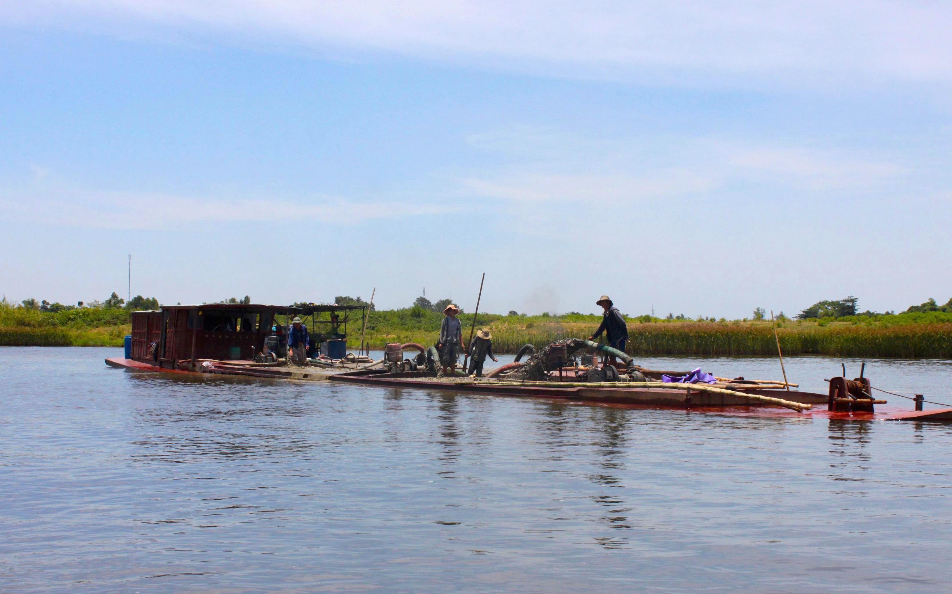 Al lavoro lungo il fiume dei Profumi