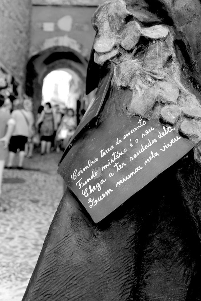 """Coimbra terra de encanto Fundo mistério é o seu Chega a ter saudades dela Quem nunca nela viveu"""