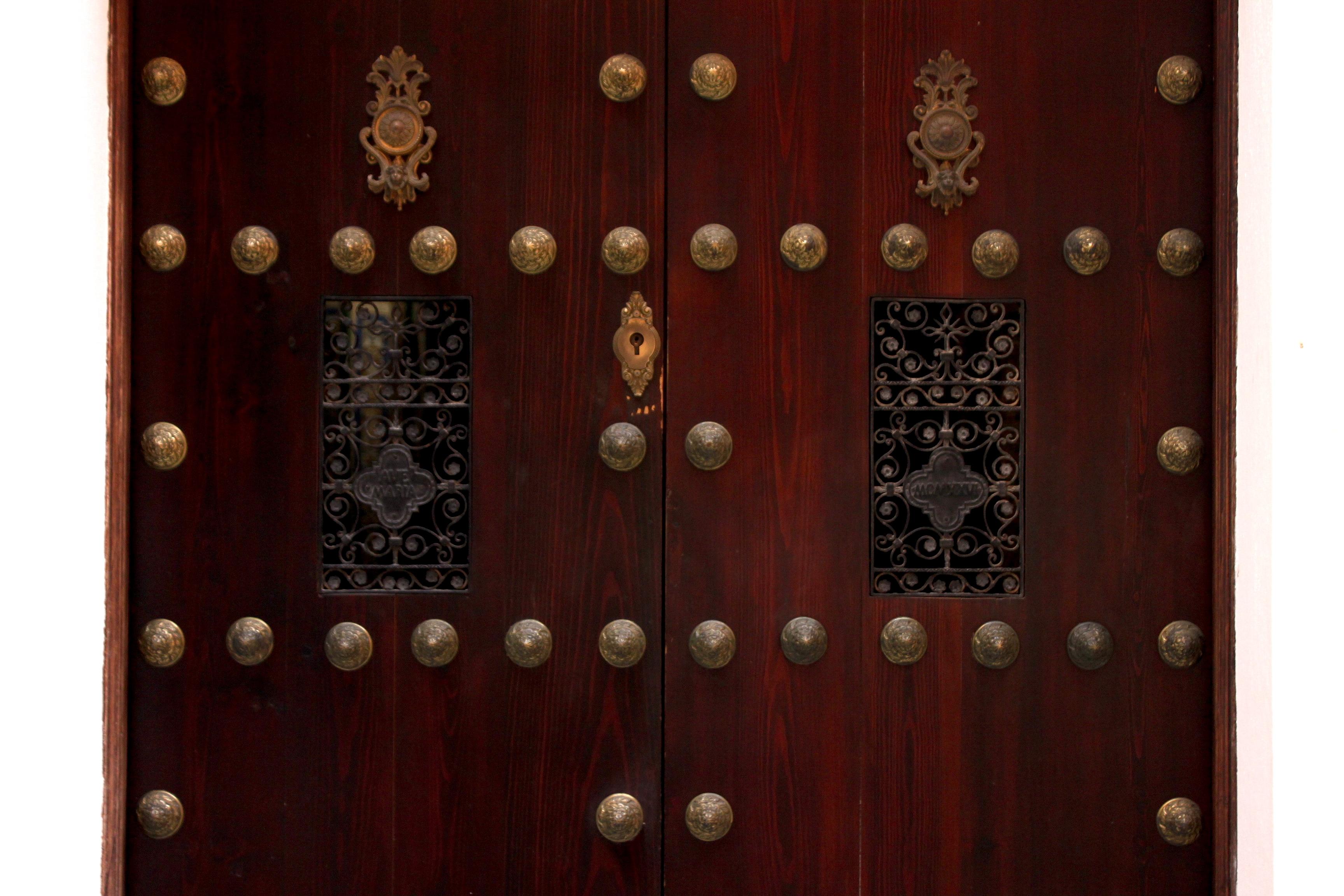 Come ci sarà finita una serratura così piccola in una porta così imponente?