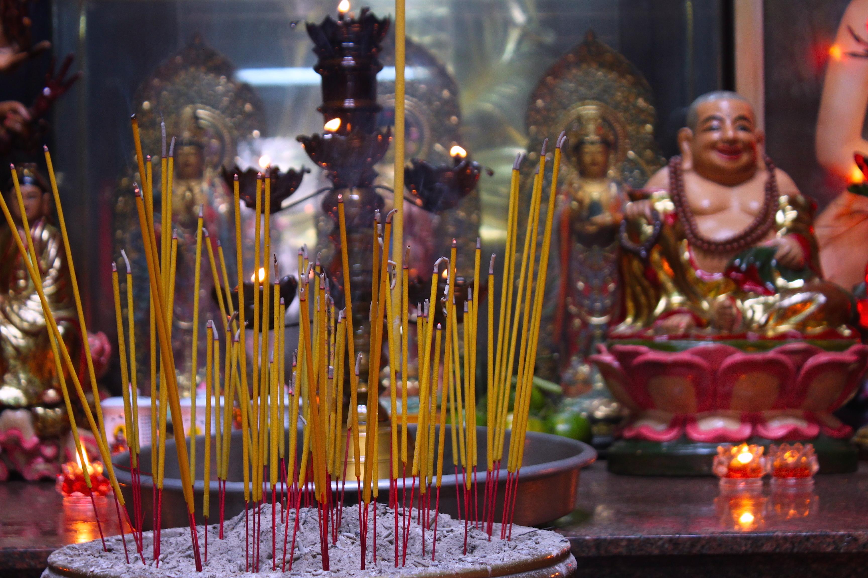 La Pagoda dell'Imperatore di Giada, con i suoi silenzi e il suo incenso pungente