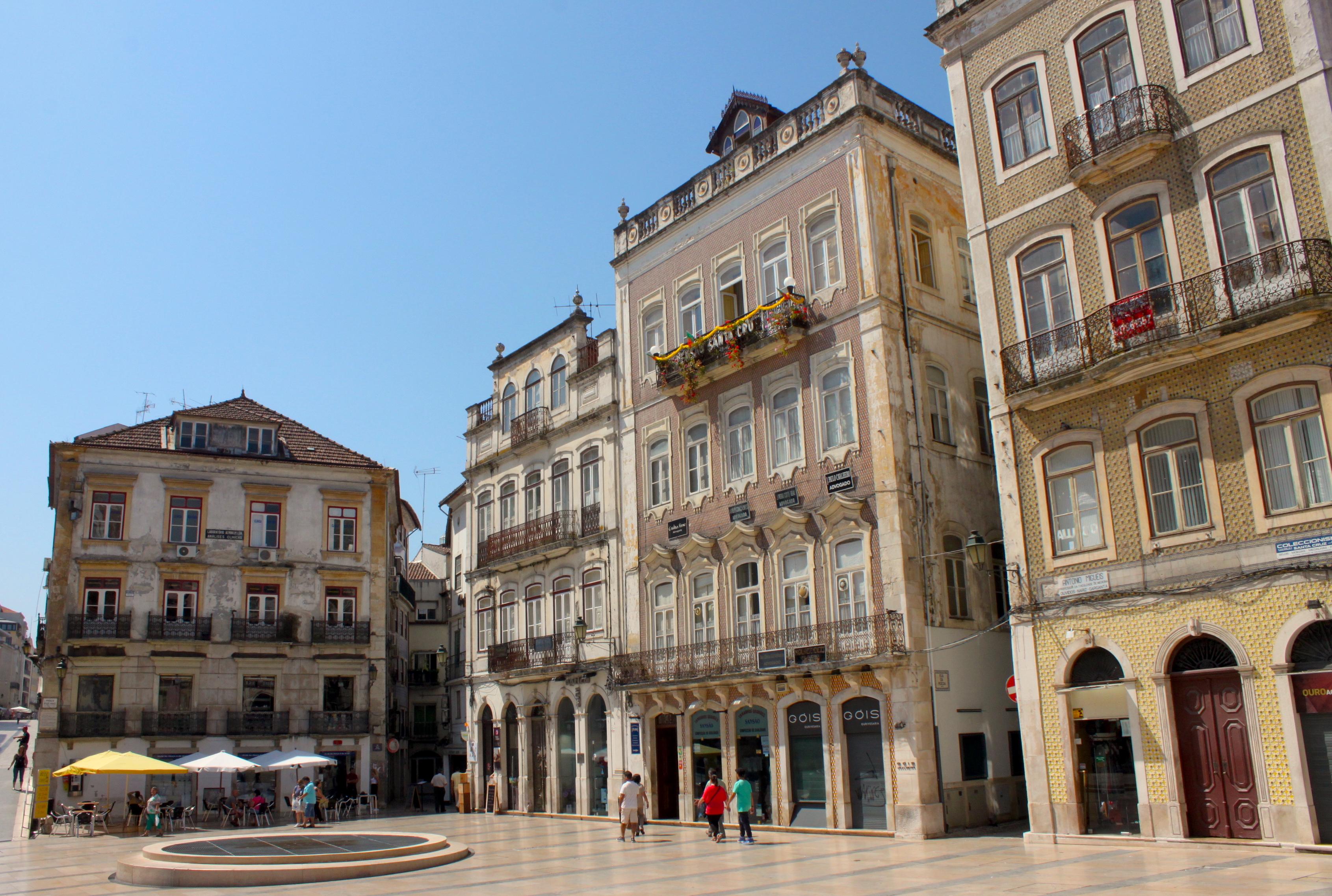 La piazza centrale di Coimbra invasa dal sole