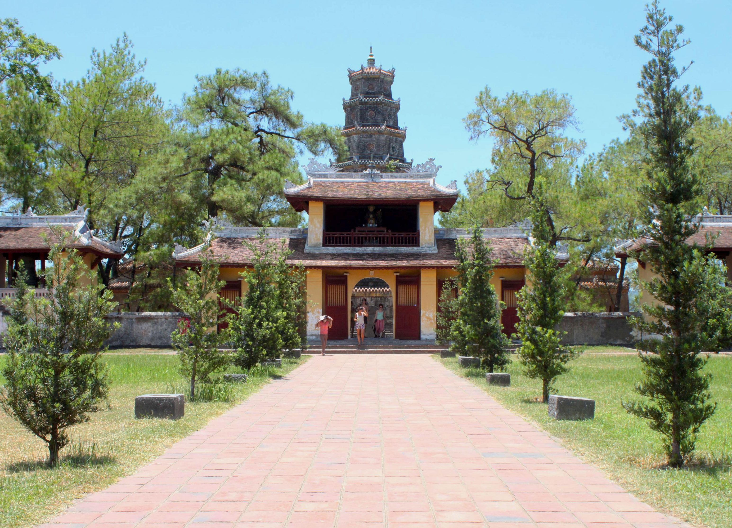 La splendida Thiên Mụ Pagoda sul fiume del Profumi