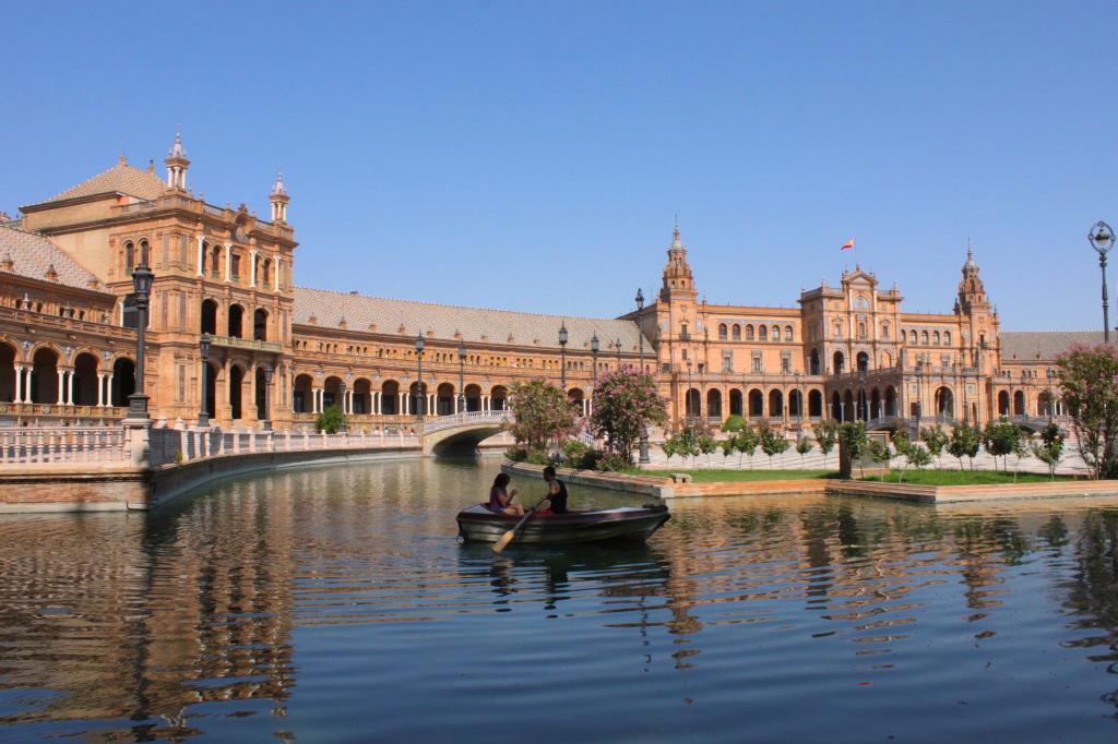 Plaza de España, uno dei luoghi più famosi, stupefacenti, divertenti e imperdibili della città