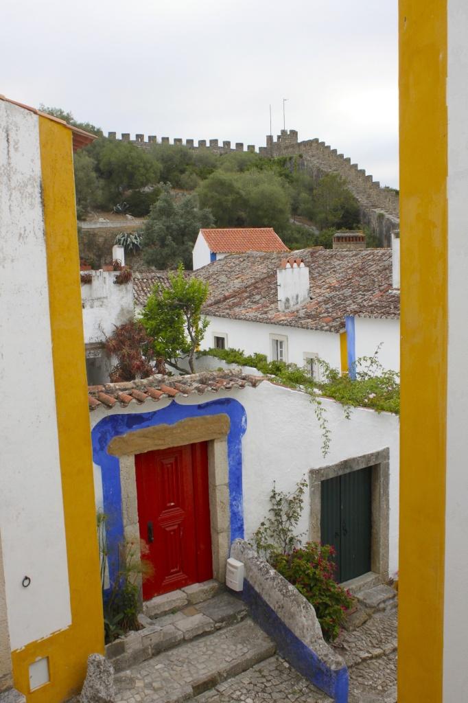 Óbidos è il centro mondiale delle porticine belline, colorate e curate