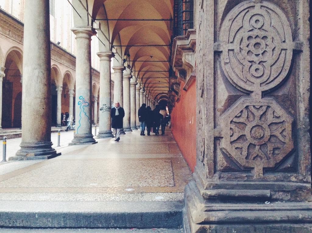 I sette segreti di Bologna - la scritta panum resis all'università