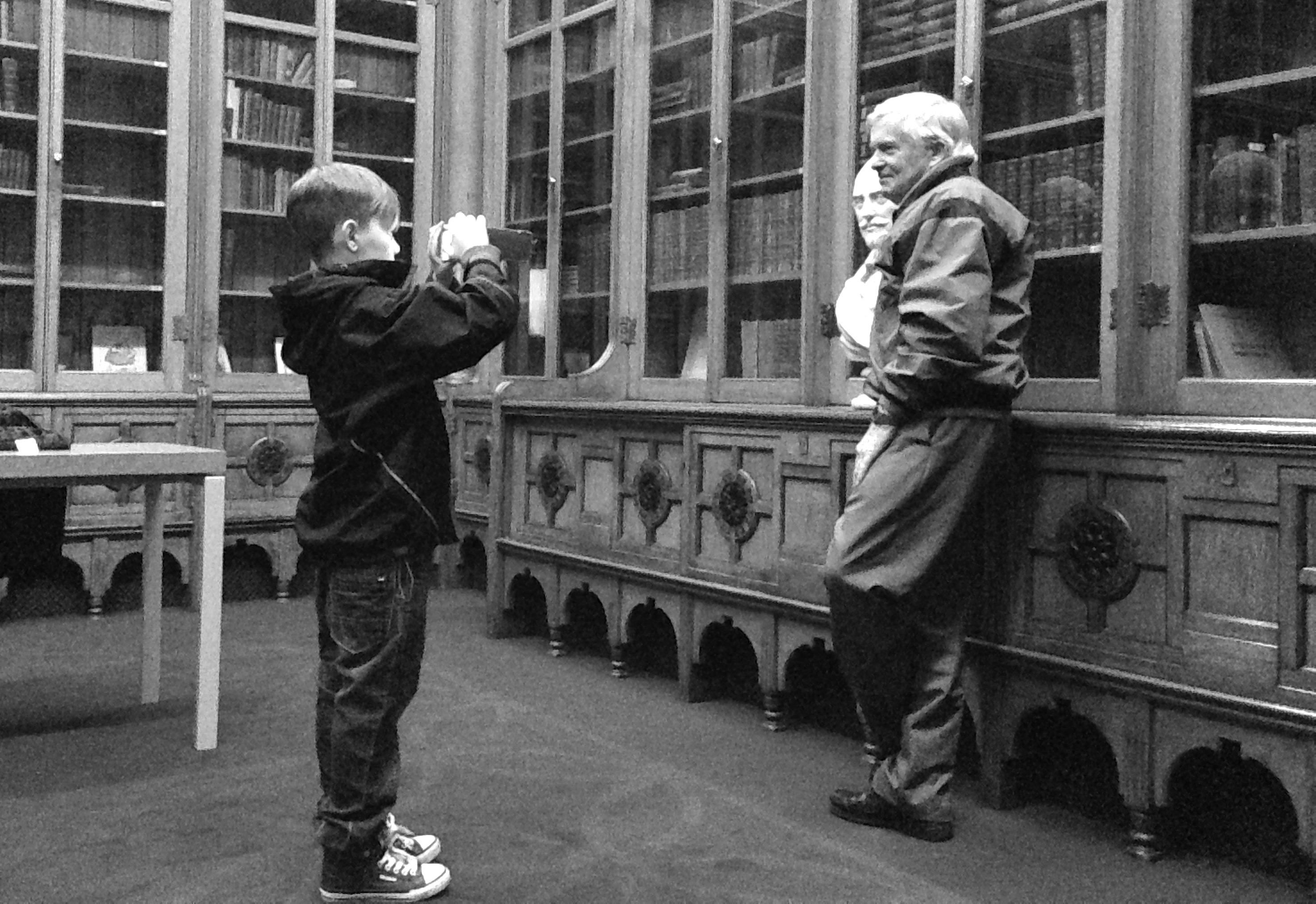 Il nipote fa la foto al nonno insieme al busto di Shakespeare nella sala dedicata allo scrittore della biblioteca di Birmingham