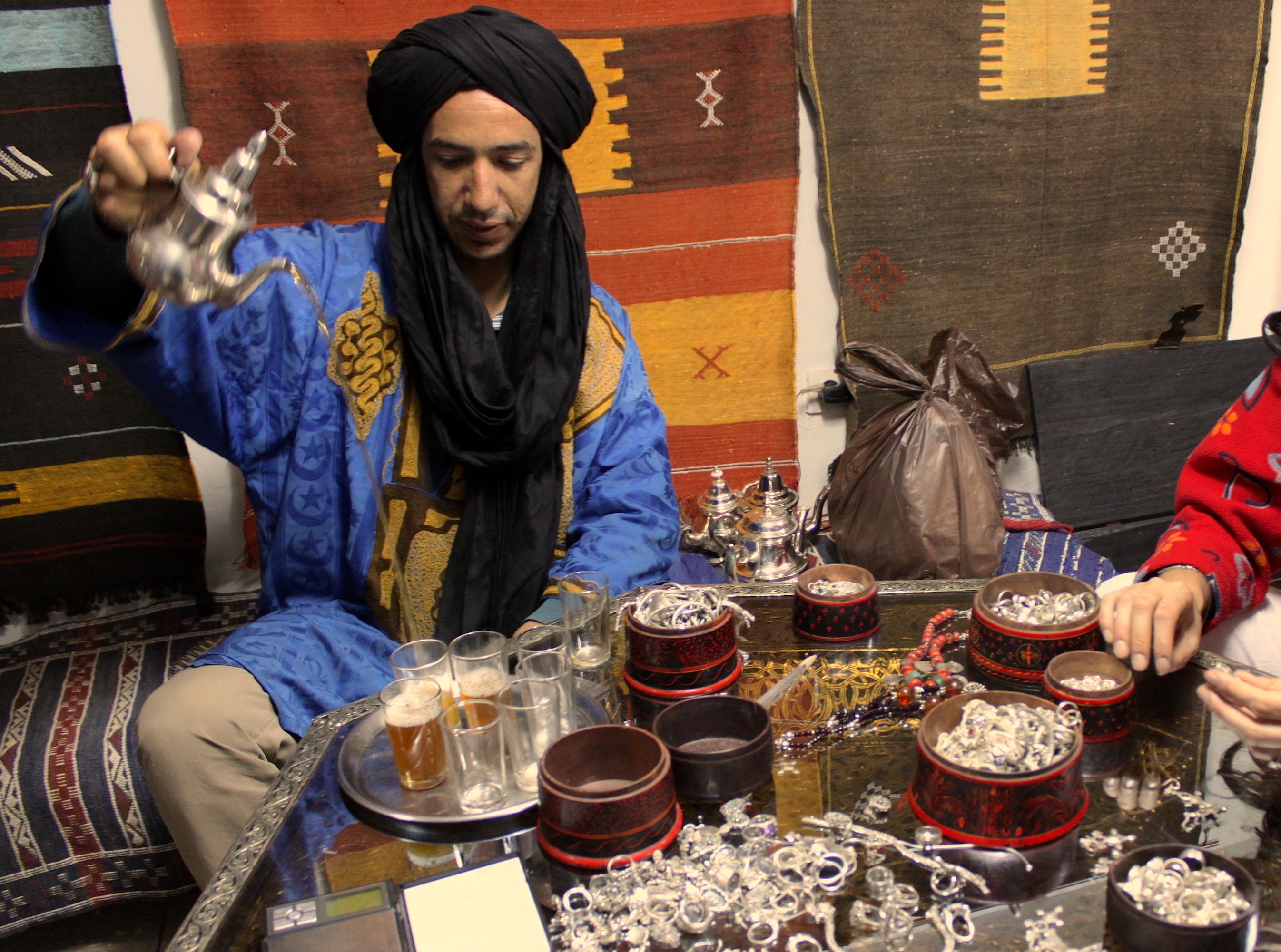 Se vuoi comprare l'argento prima devi sederti, bere tè alla menta, e parlare della tua vita