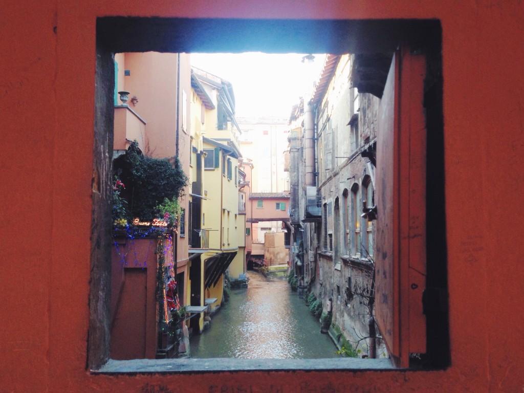 Uno dei sette segreti di Bologna, la finestrella sul Canale delle Moline in via Piella. Un piccolo scorcio veneziano nel centro di Bologna.