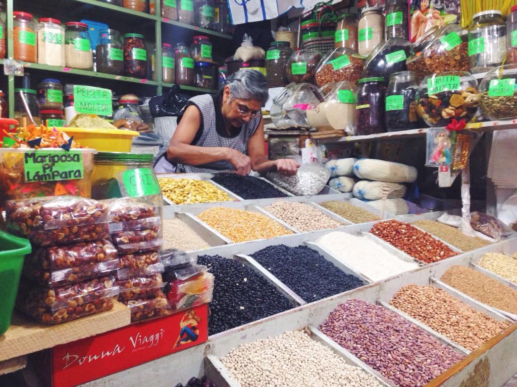 Al Mercado Juarez dove c'è di tutto: dai legumi alle cavallette