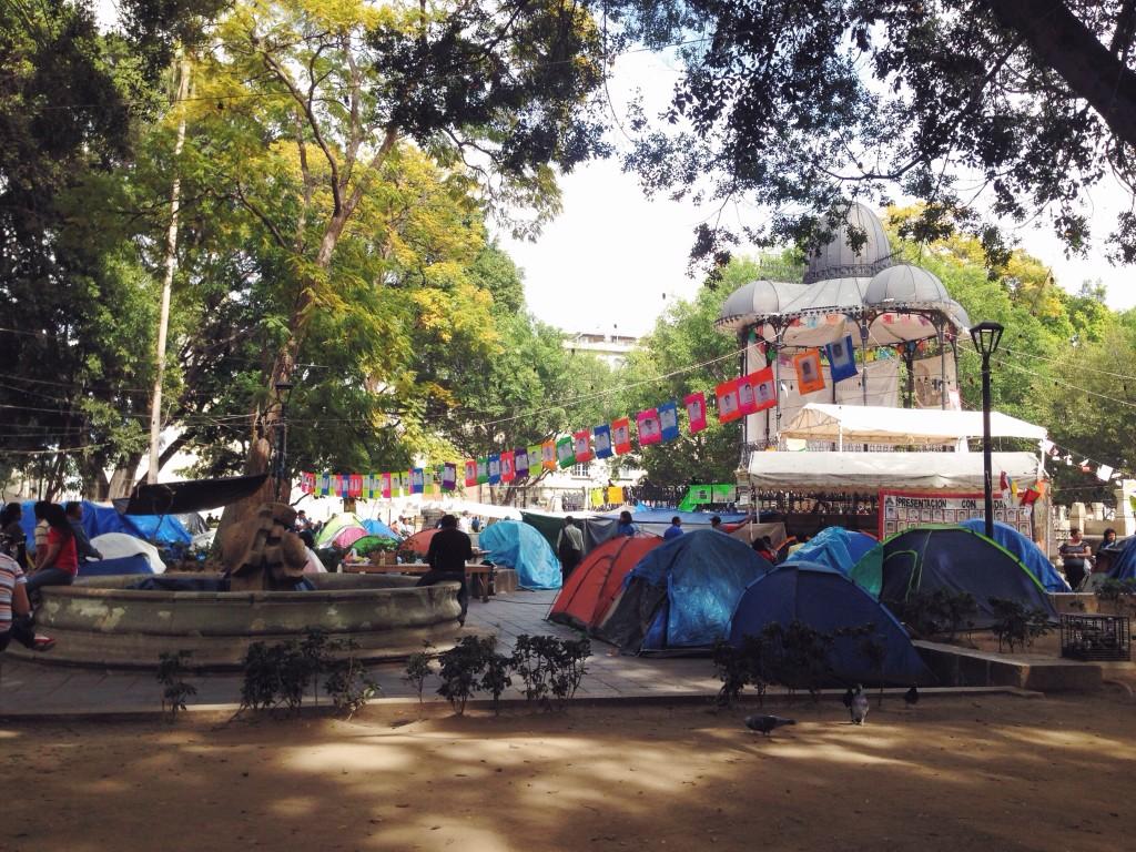 Allo Zocalo di Oaxaca si protesta per i 43 studenti desaparecidos.