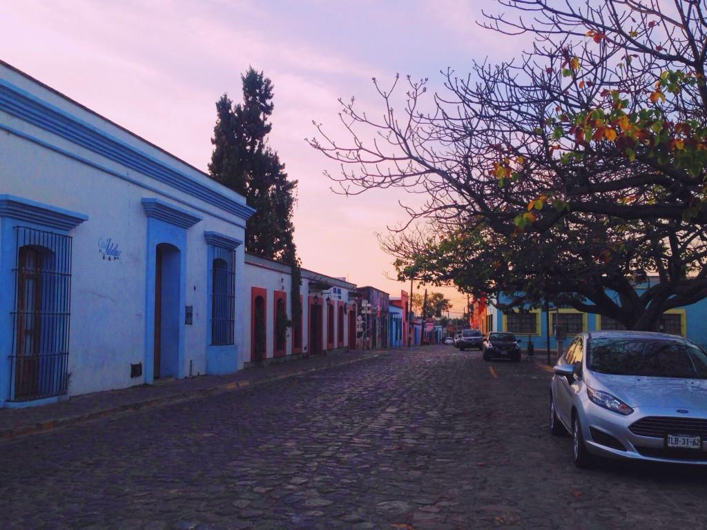 Dopo una notte abbastanza stancante passata su un autobus notturno da Città del Messico a Oaxaca, finalmente all'alba siamo arrivati.  Dalla stazione dei bus siamo andati a piedi all'ostello e abbiamo attraversato il centro della città completamente deserto con la luce dell'alba.