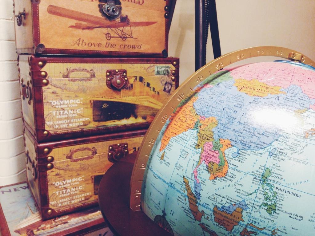 mappamondo e valigia vintage