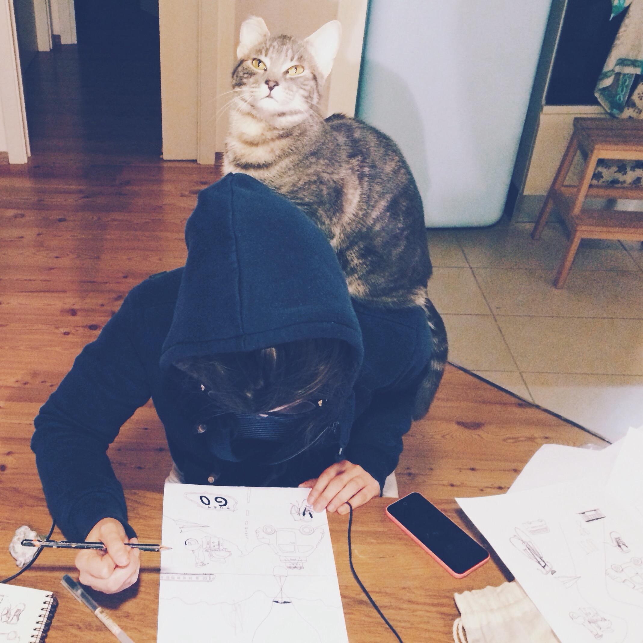 la silvia con il gatto sulla spalla