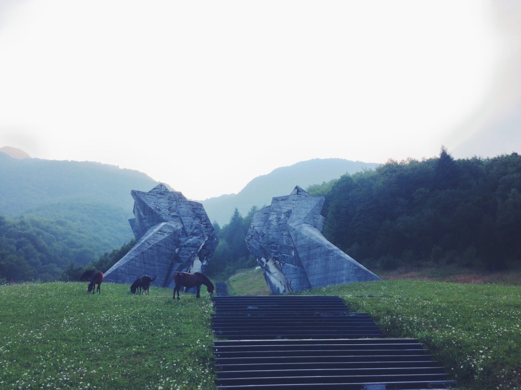 Cavalli in bosnia al monumento della Seconda Guerra Mondiale al Parco Nazionale Di Sutjeska a Tjentište