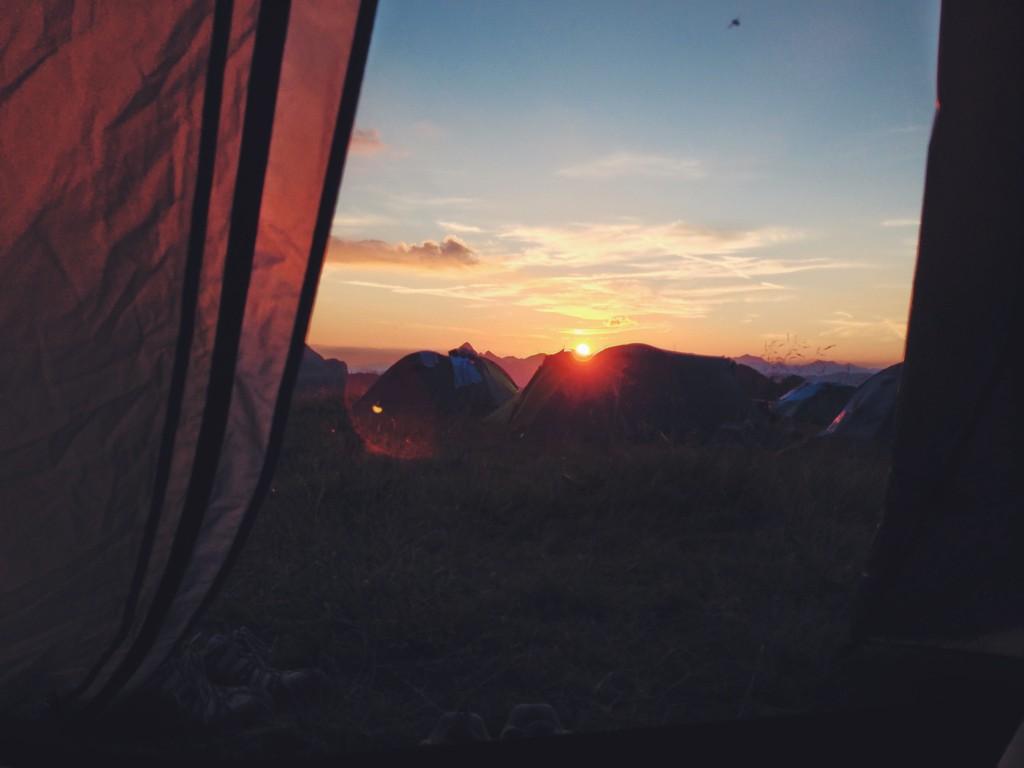 L'alba tra le montagne