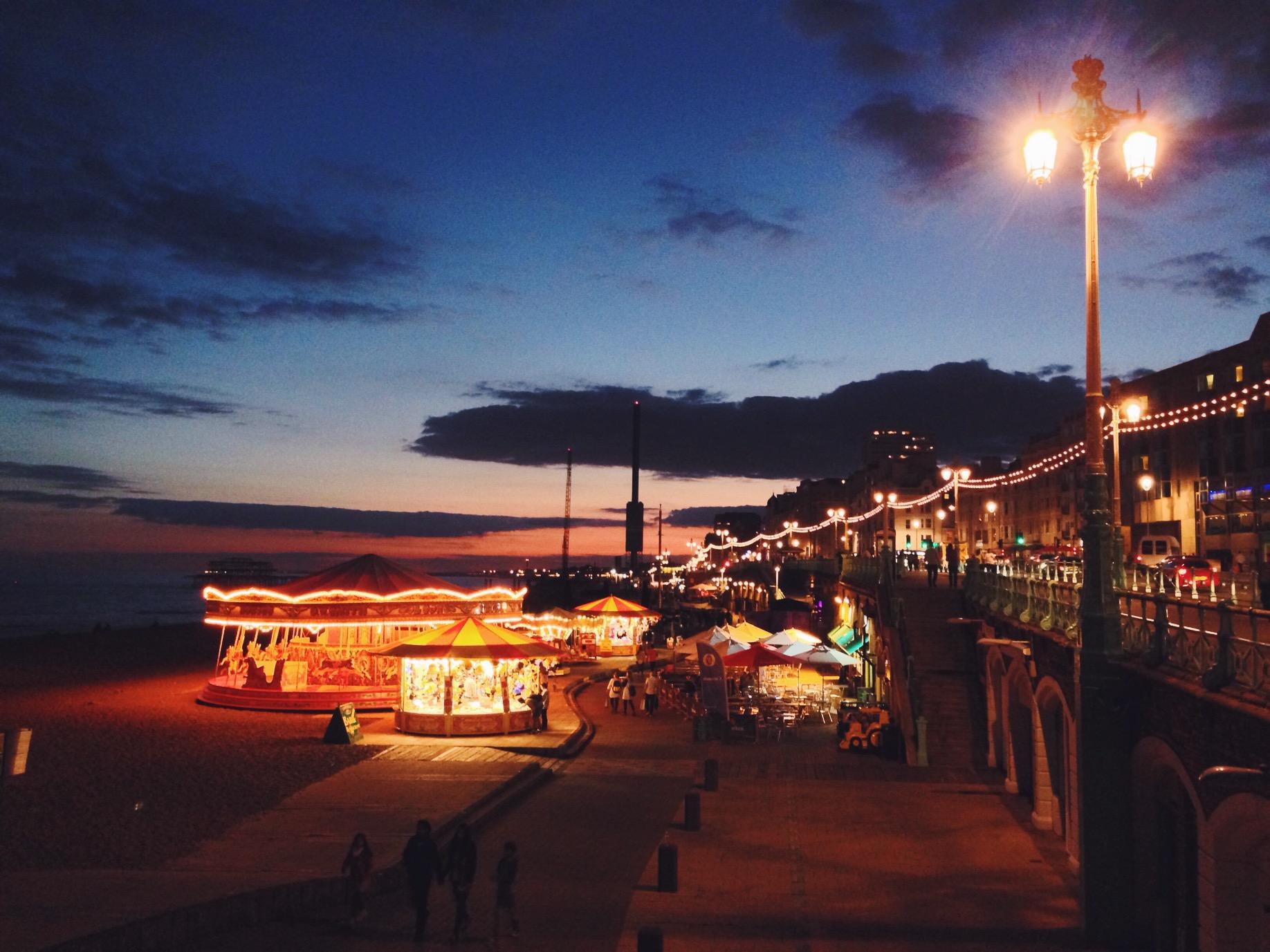 Brighton di sera, una passeggiata sul lungomare, le lucine che creano l'atmosfera e una birra per riscaldarsi