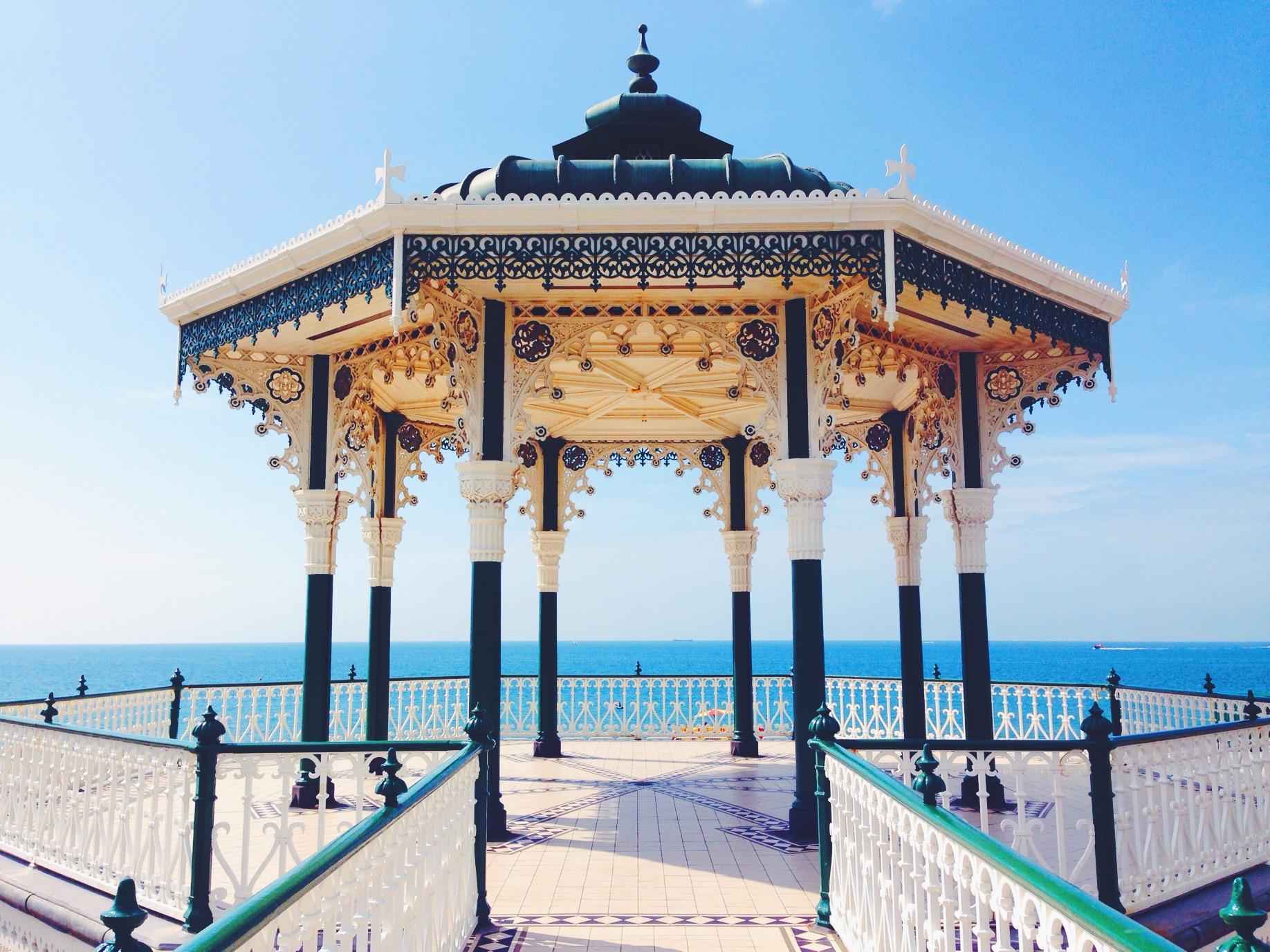 Il Brighton Bandstand si affaccia sul mare ed è di una bellezza mozzafiato