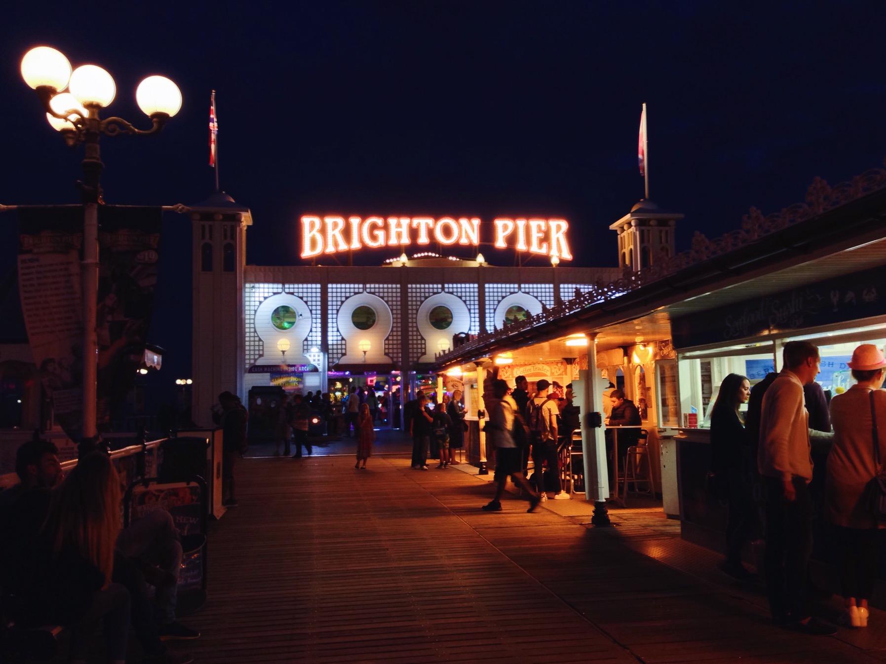 Il Pier illuminato con le lucine serali, uno zucchero filato gigante e il continuo rumore delle onde