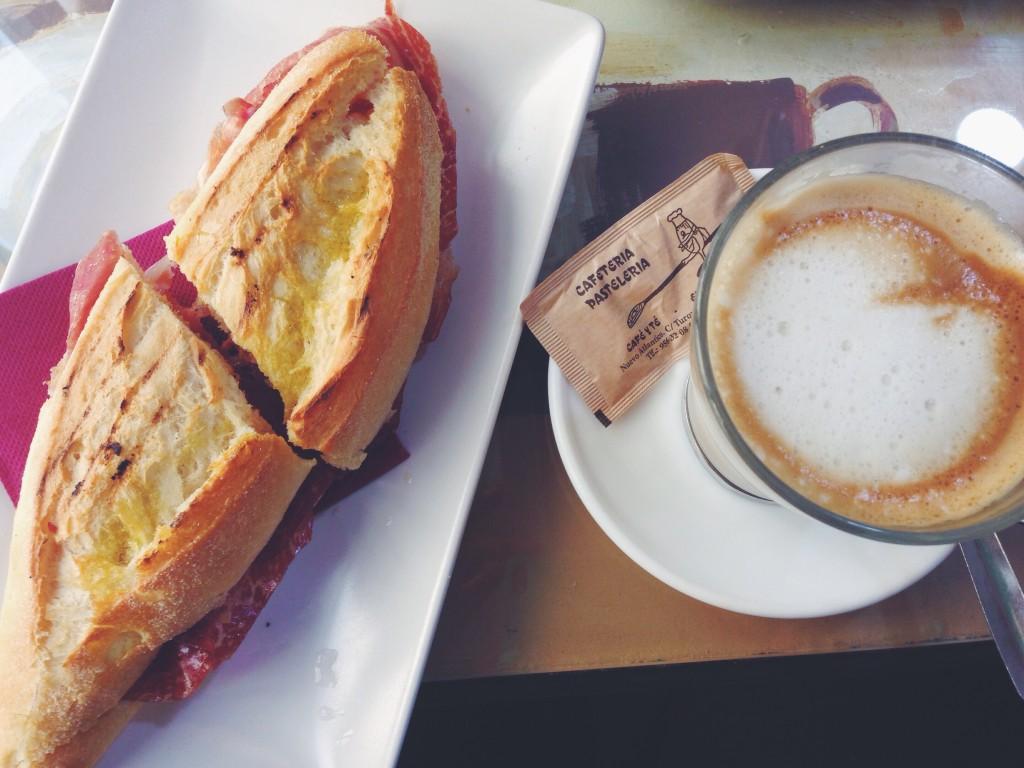 La colazione andalusa. Un cafè con leche e un Montesierra con olio, salsa di pomodoro e jamon serrano