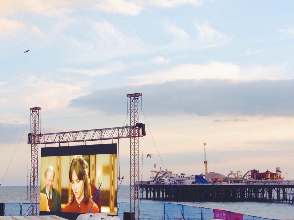 i film sulla spiaggia nel megaschermo a Brighton