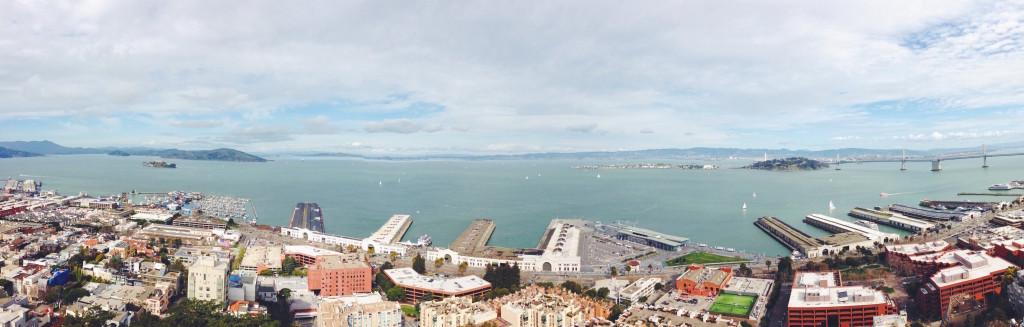 La vista dall'alto di San Francisco di Alcatraz, del Bay Bridge e dei Pier dalla Coit Tower